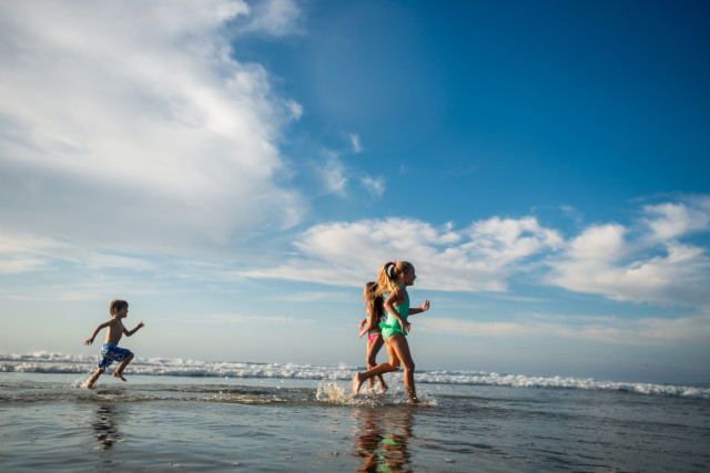 kids-running-on-beach-2048x1367-640x427